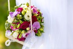 白玫瑰和桃红色兰花婚礼花束开花 免版税库存照片