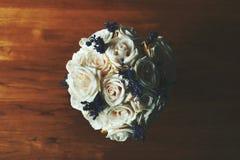 白玫瑰和淡紫色花 免版税库存照片