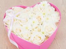 白玫瑰和珍珠和金刚石在心脏形状箱子举行了 库存照片