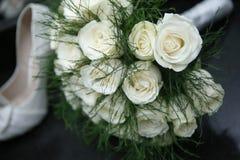 白玫瑰和芦笋花束  库存照片