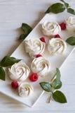 白玫瑰和风和莓果 免版税库存图片