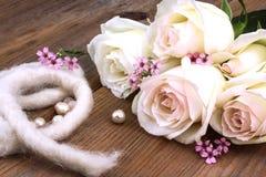 白玫瑰和perls,庆祝 免版税库存照片