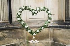 白玫瑰婚姻的新鲜的花圈与绿色叶子的 库存图片