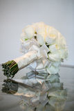 白玫瑰婚礼花束 库存图片