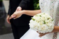 白玫瑰新娘的花束  库存图片