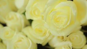 白玫瑰明亮的五颜六色的花束,特写镜头 影视素材