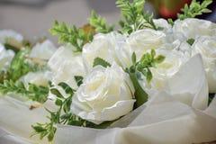 白玫瑰特写镜头花束  免版税库存照片