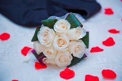 白玫瑰白色花束在婚礼的 背景蓝色框概念概念性日礼品重点查出珠宝信函生活纤管红色仍然被塑造的华伦泰 花花束花束白花 瓣是sprin 图库摄影