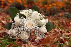 从白玫瑰的婚礼花束 免版税库存图片