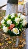白玫瑰美丽的花束在纸包装的 免版税库存照片