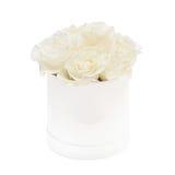 白玫瑰花束在白色背景隔绝的白色箱子的 免版税库存图片