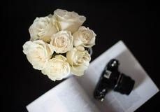 白玫瑰花束在黑背景的 免版税库存图片