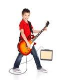 白男孩在电吉他唱歌并且使用 免版税库存图片