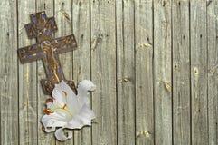 白百合和基督徒十字架 图库摄影