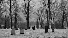 黑白的山的公墓 免版税库存照片