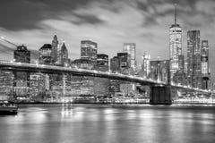 黑白的曼哈顿和的布鲁克林大桥,纽约 库存图片