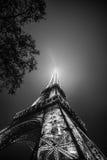 黑白的艾菲尔铁塔在晚上 免版税库存照片