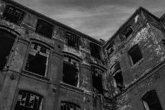 黑白的, B&W被破坏的老纺织品工厂 库存照片