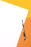 白皮书和笔在黄褐色背景 免版税库存照片