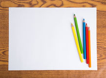 白皮书和颜色铅笔 库存图片