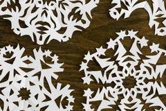 白皮书在木头的圣诞节雪花 免版税图库摄影