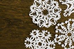 白皮书在木头的圣诞节雪花 库存照片
