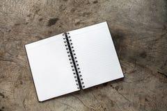 白皮书备忘录空白开放在桌上 免版税库存图片