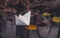白皮书小船和下落的秋叶 秋天悲伤 免版税库存图片