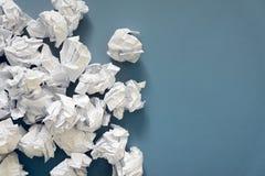 白皮书球被弄皱的板料  很多垃圾纸 灰色 免版税库存图片