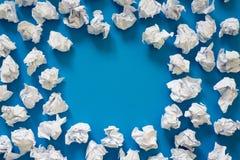 白皮书球被弄皱的板料  很多垃圾纸 蓝色 免版税图库摄影