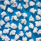 白皮书球被弄皱的板料  很多垃圾纸 蓝色 库存图片
