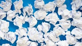 白皮书球被弄皱的板料  很多垃圾纸 蓝色 库存照片