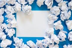 白皮书球被弄皱的板料  很多垃圾纸 蓝色 免版税库存照片