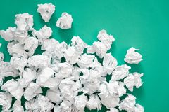 白皮书球被弄皱的板料  很多垃圾纸 Turqu 库存照片