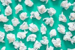 白皮书球被弄皱的板料  很多垃圾纸 Turqu 库存图片