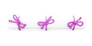 白皮书纸卷栓与串,三个桃红色结被隔绝 图库摄影