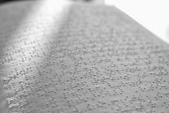 白皮书页与盲人识字系统文本的 瞎的人民的教育 免版税图库摄影