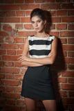 黑白短的礼服的美丽的深色的夫人 库存照片