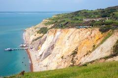 白矾在针旅游胜地旁边的海湾海滩怀特岛郡 免版税图库摄影