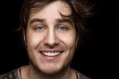 白种人人纵向微笑的年轻人 库存照片