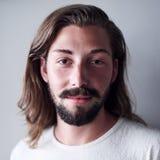 白种人人画象有长的棕色头发和胡子的 库存图片