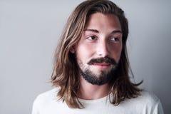 白种人人画象有长的棕色头发和胡子的 免版税库存照片