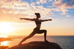 白种人健身女子实践的瑜伽 免版税库存图片