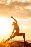 白种人健身女子实践的瑜伽 免版税图库摄影