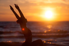 白种人健身女子实践的瑜伽 库存照片