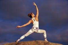 白种人健身女子实践的瑜伽 免版税库存照片