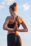 白种人健身女子实践的瑜伽 库存图片