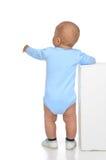 白种人充分的身体背面图一个年婴儿男婴蹒跚 免版税库存图片