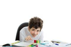白种人光滑剥皮了使用与在家庭作业的多米诺的男孩 免版税库存图片