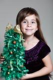 白种人六岁的女孩圣诞树 免版税库存图片